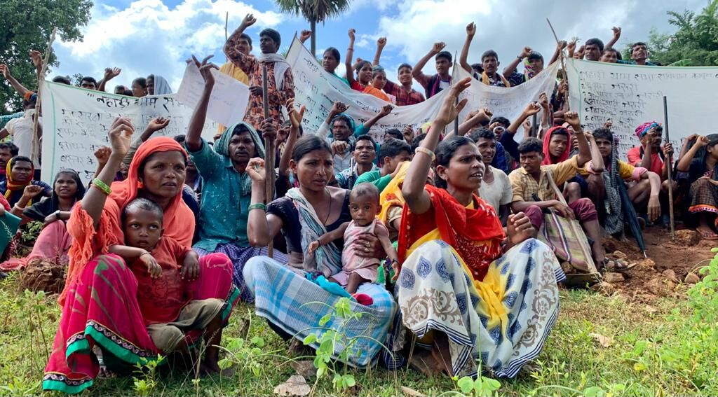 In Bastar, the tribals dug a 5 km road, said that there is no camp of security forces in our villages, school-hospital-Anganwadi