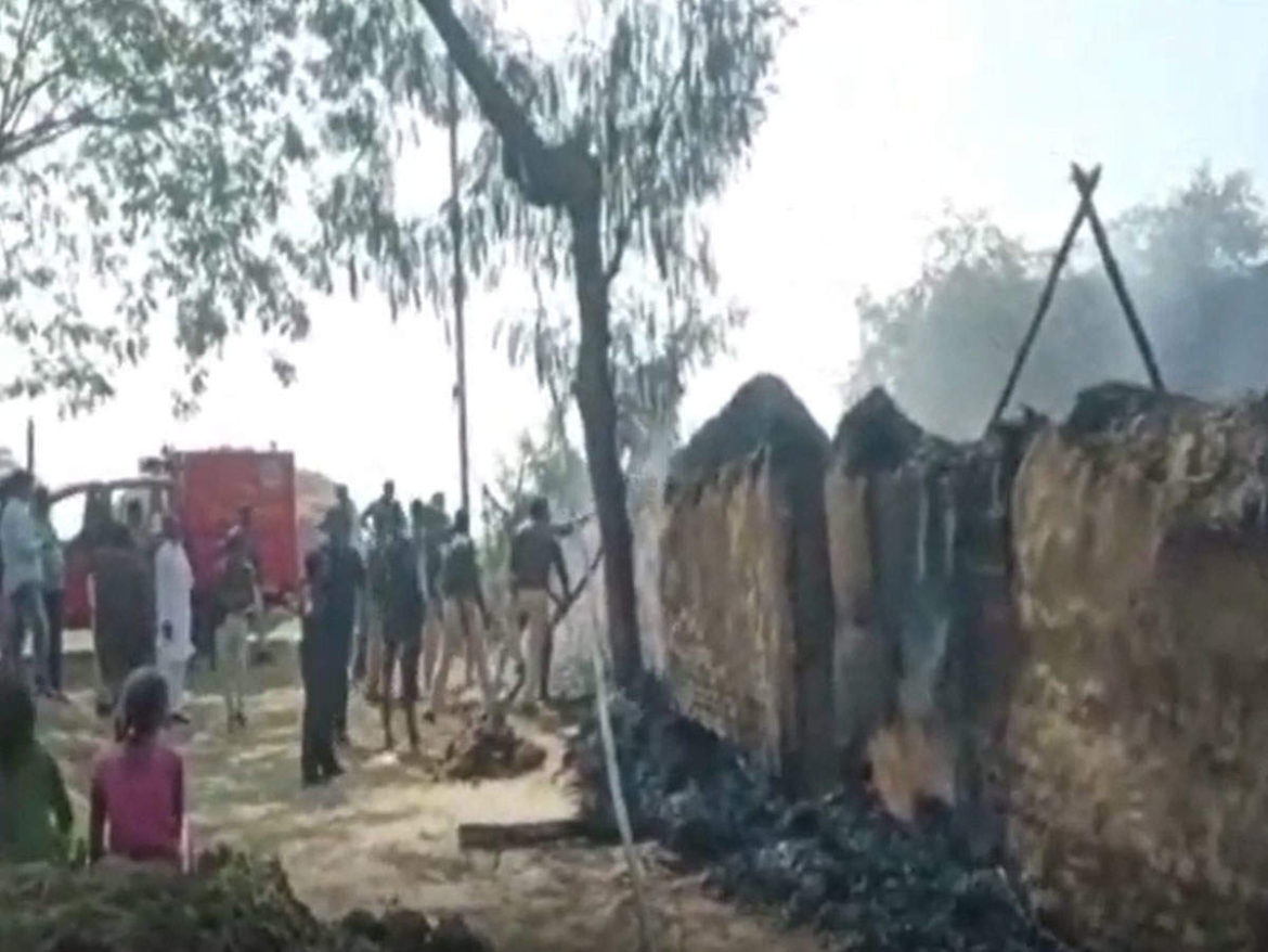 Aurangabad News: Dabangs burnt house, FIR against 7, if it stopped pouring mud in front of house